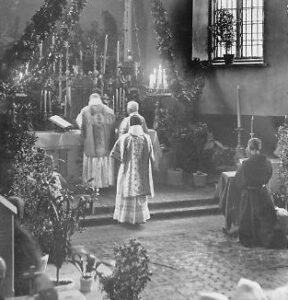 Kunigai bažnyčioje.
