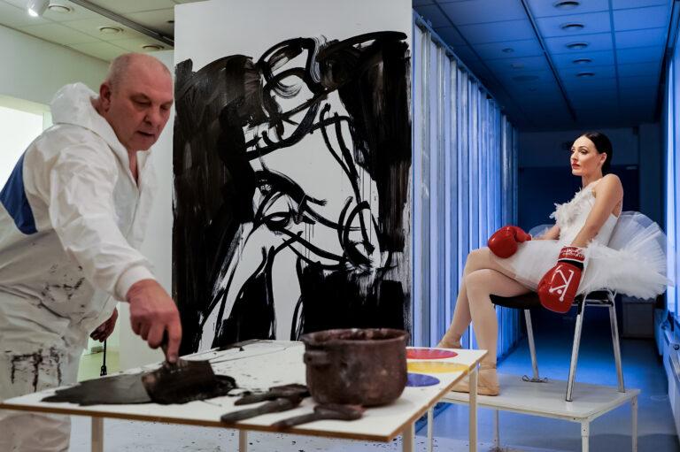 Balerina pozuoja, dailininkas tapo.