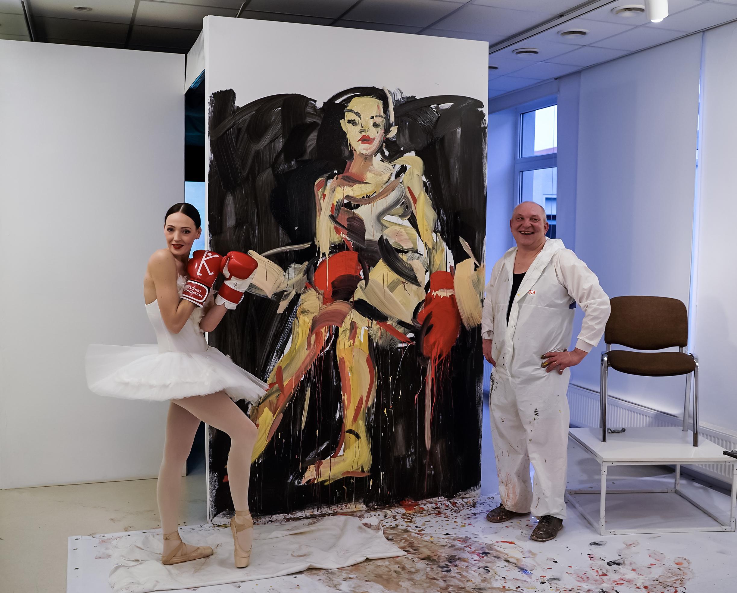 Balerina ir dailininkas prie nutapyto darbo.