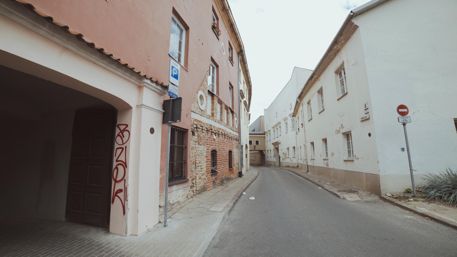 Gatvė su pastatais.
