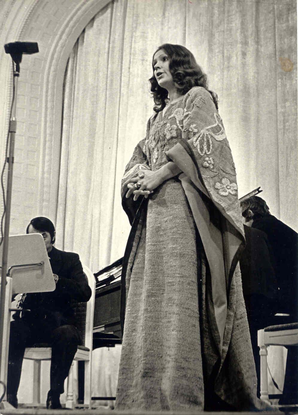 Filharmonijoje ant scenos dainuoja.