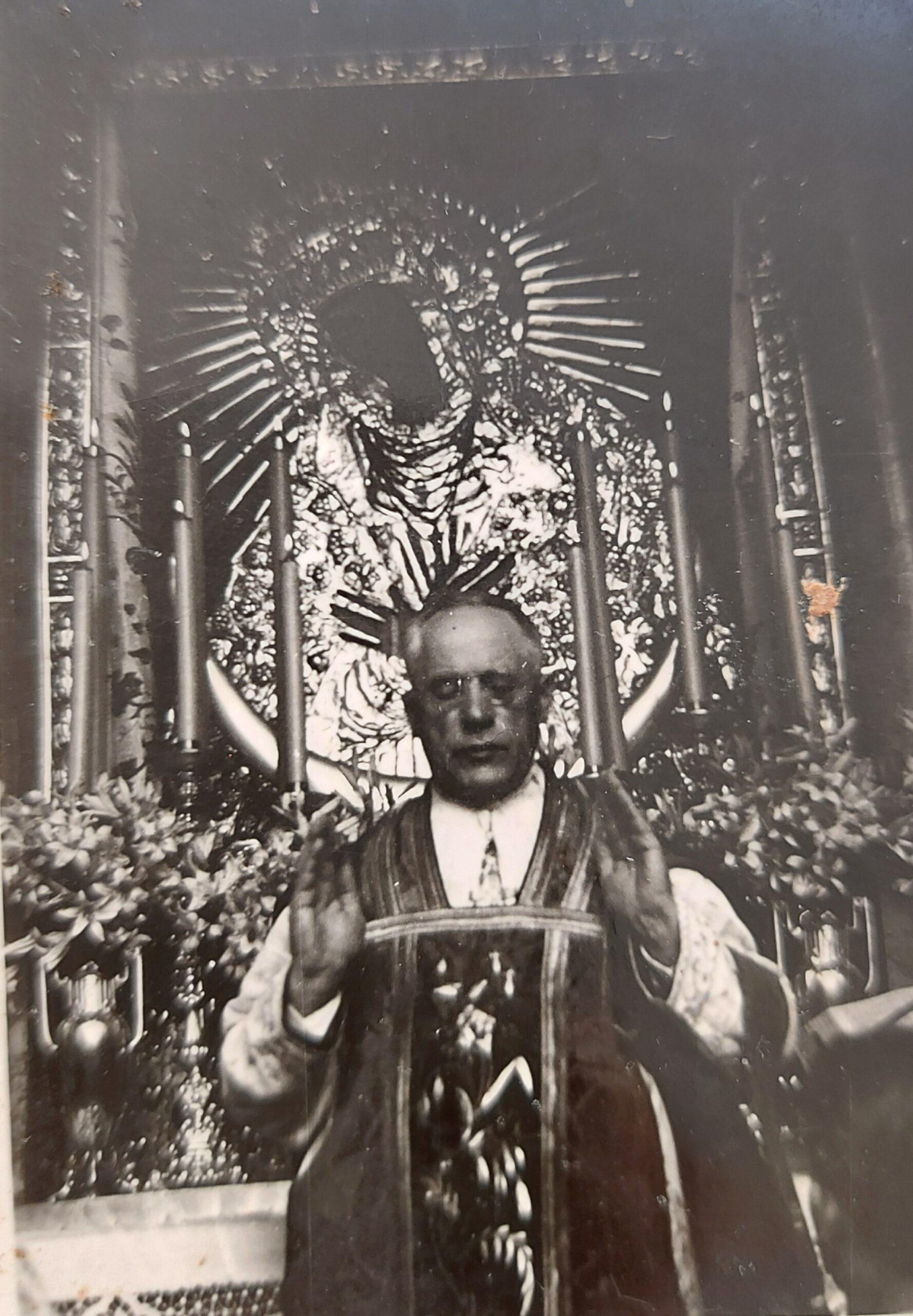 Teofilius Matulionis aukoja Mišias, jam už nugaros – Aušros vartų Švč. Mergelės Marijos paveikslas.