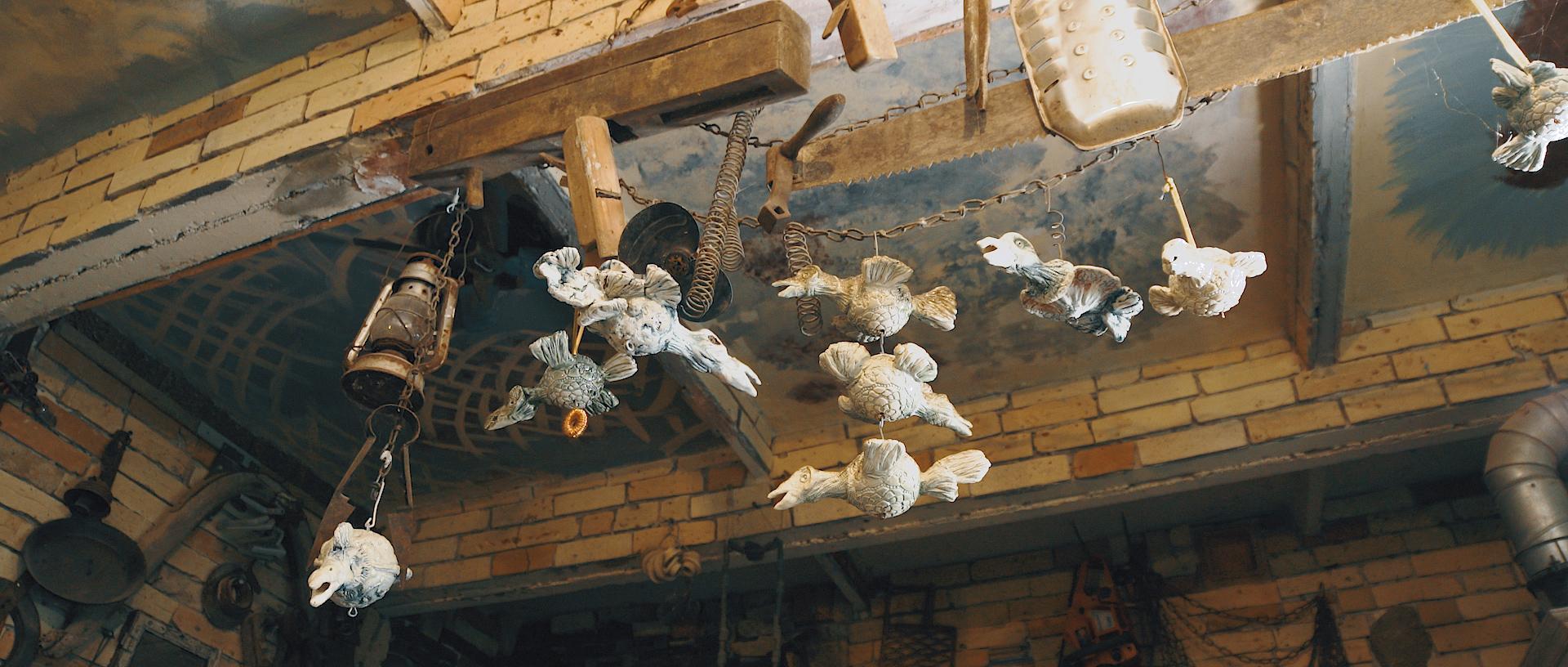 Keraminiai paukščiai palubėje.