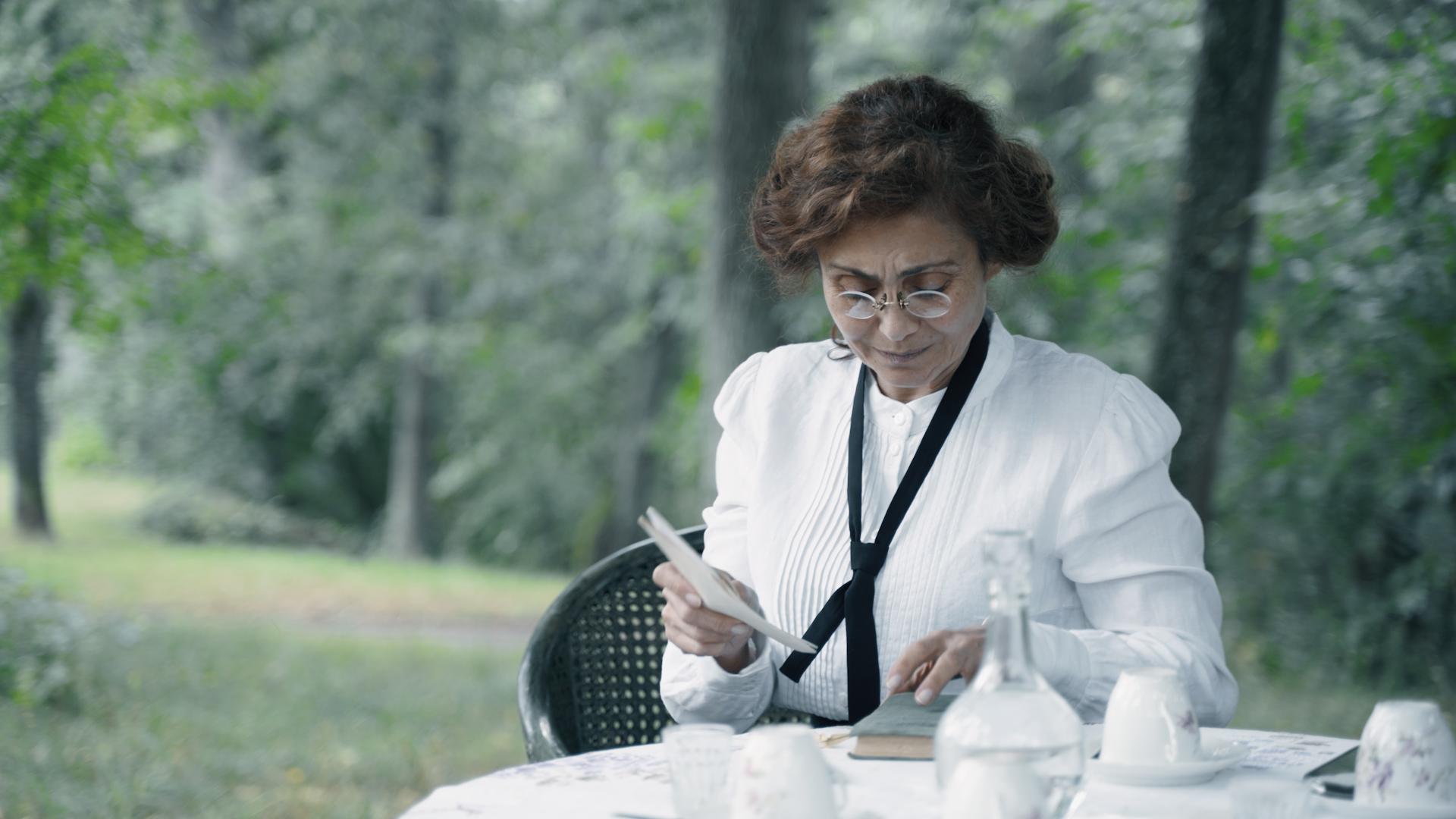 Aktorė parke.