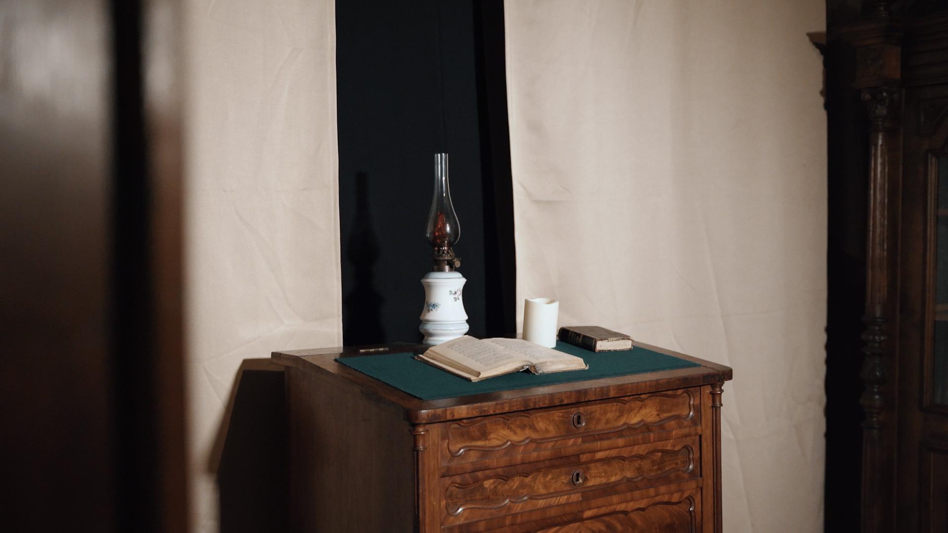 Žibalinė lempa su knyga.