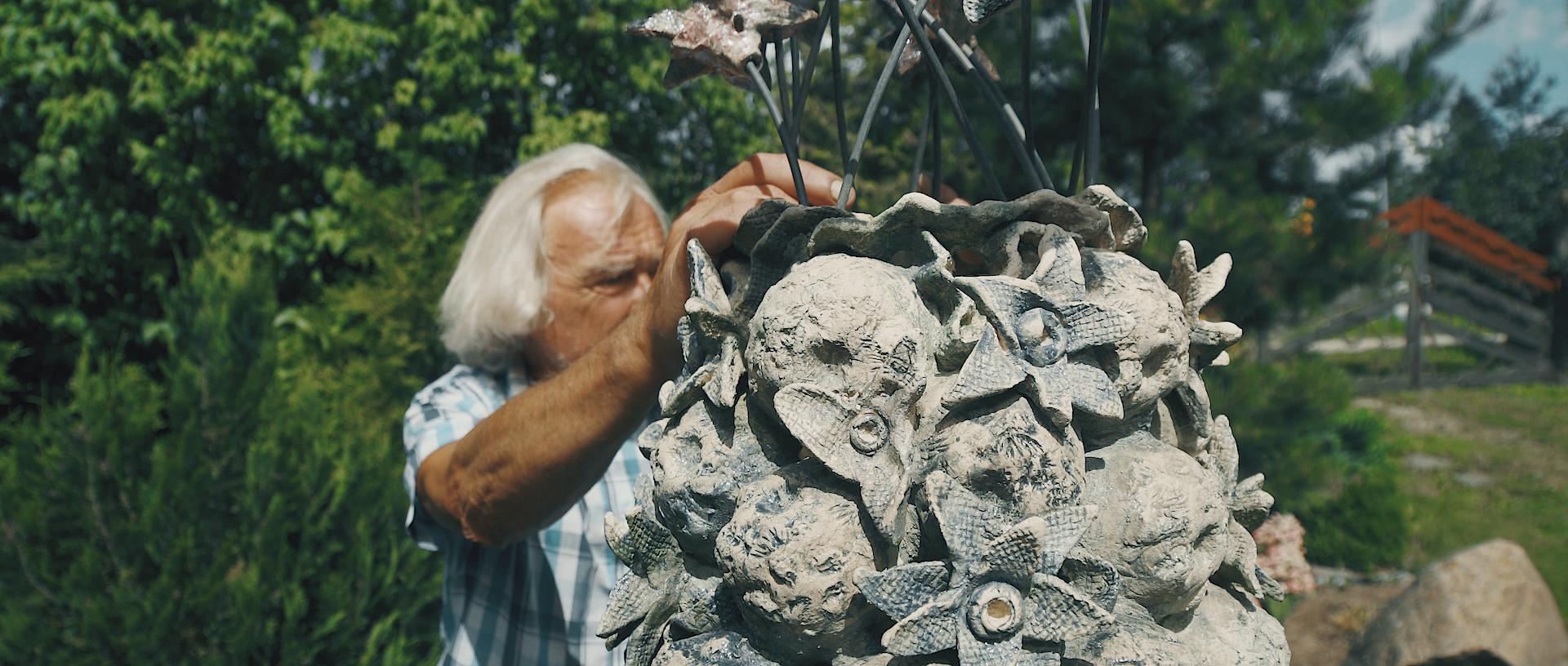 Prie savo keramikos darbo.
