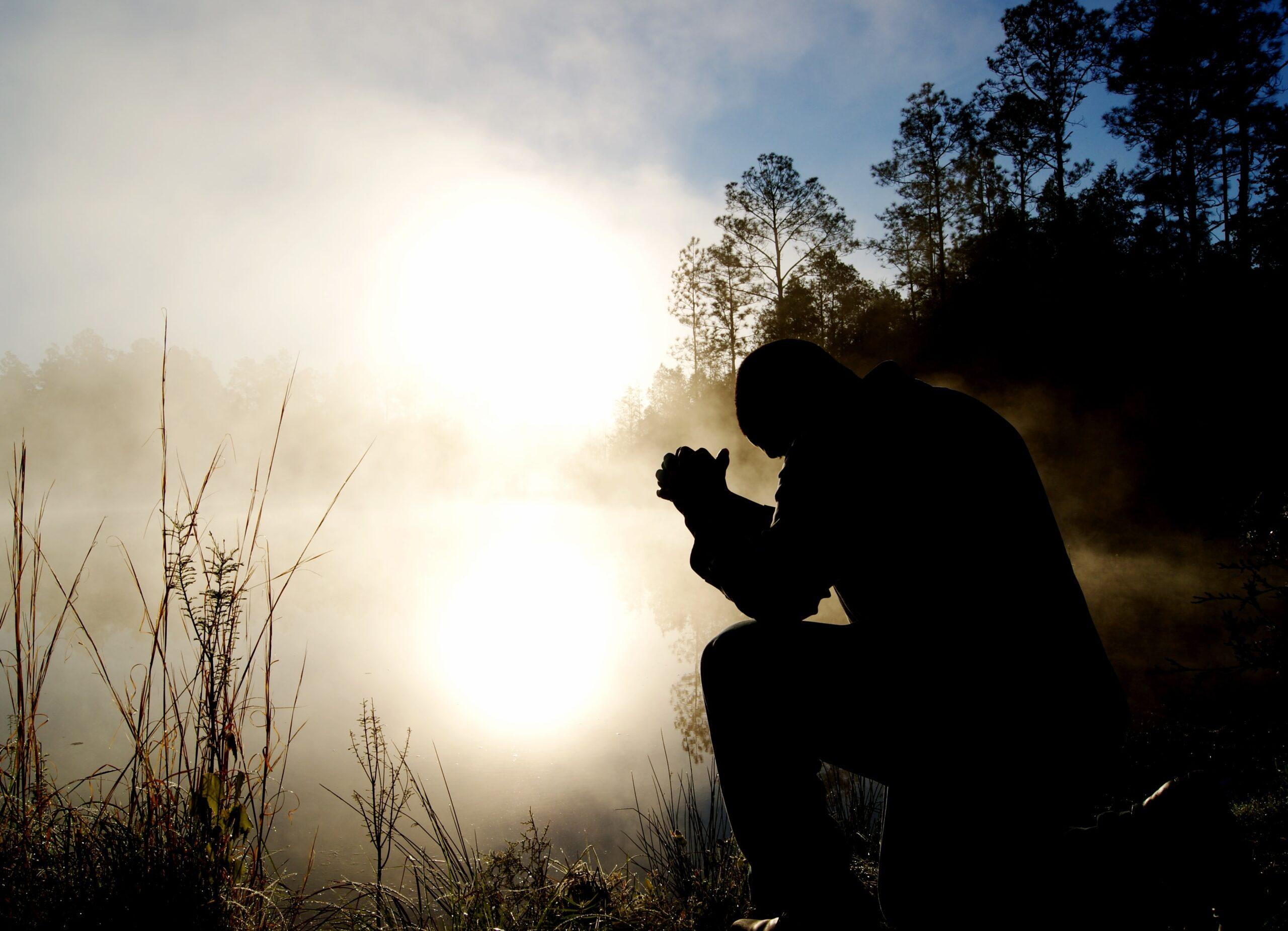 Vyras meldžiasi gamtoje