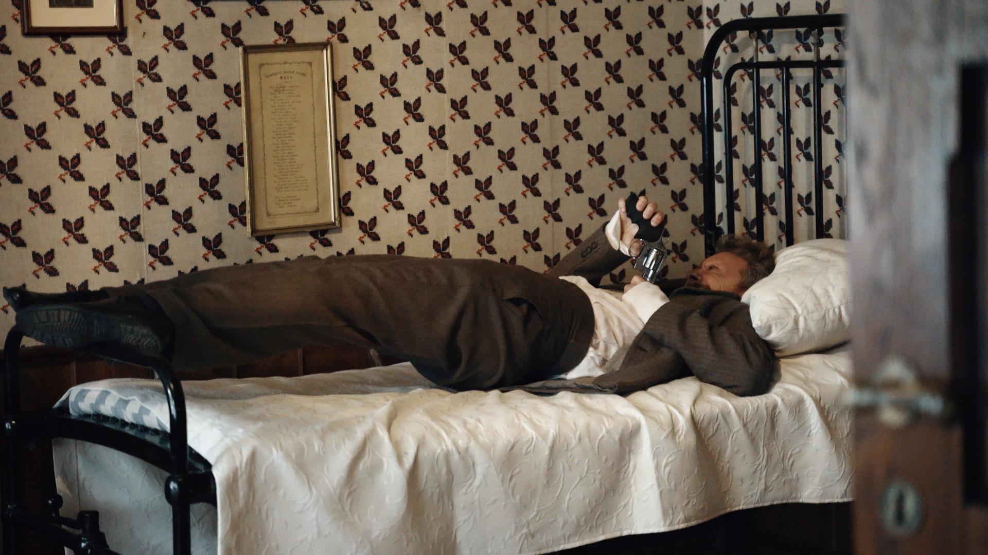 Aktorius ant lovos.