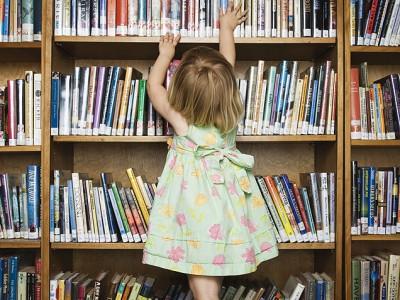 vaikas bibliotekoje