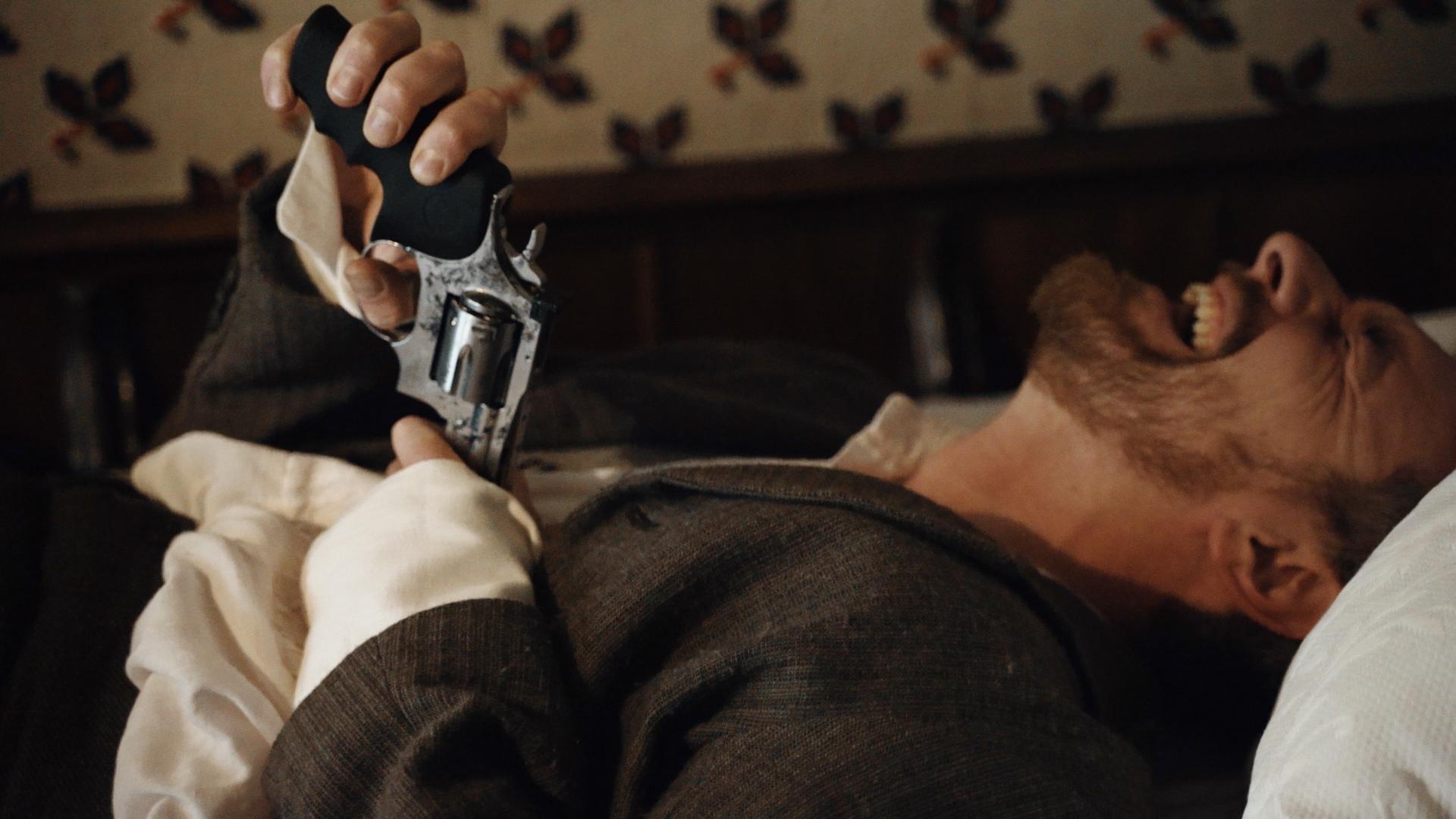 Aktorius su ginklu.