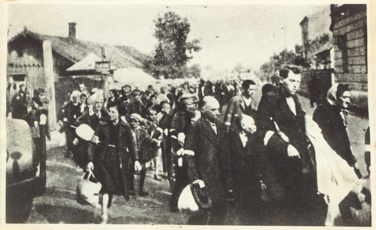 Daug žydų, išvarytų į gatvę.