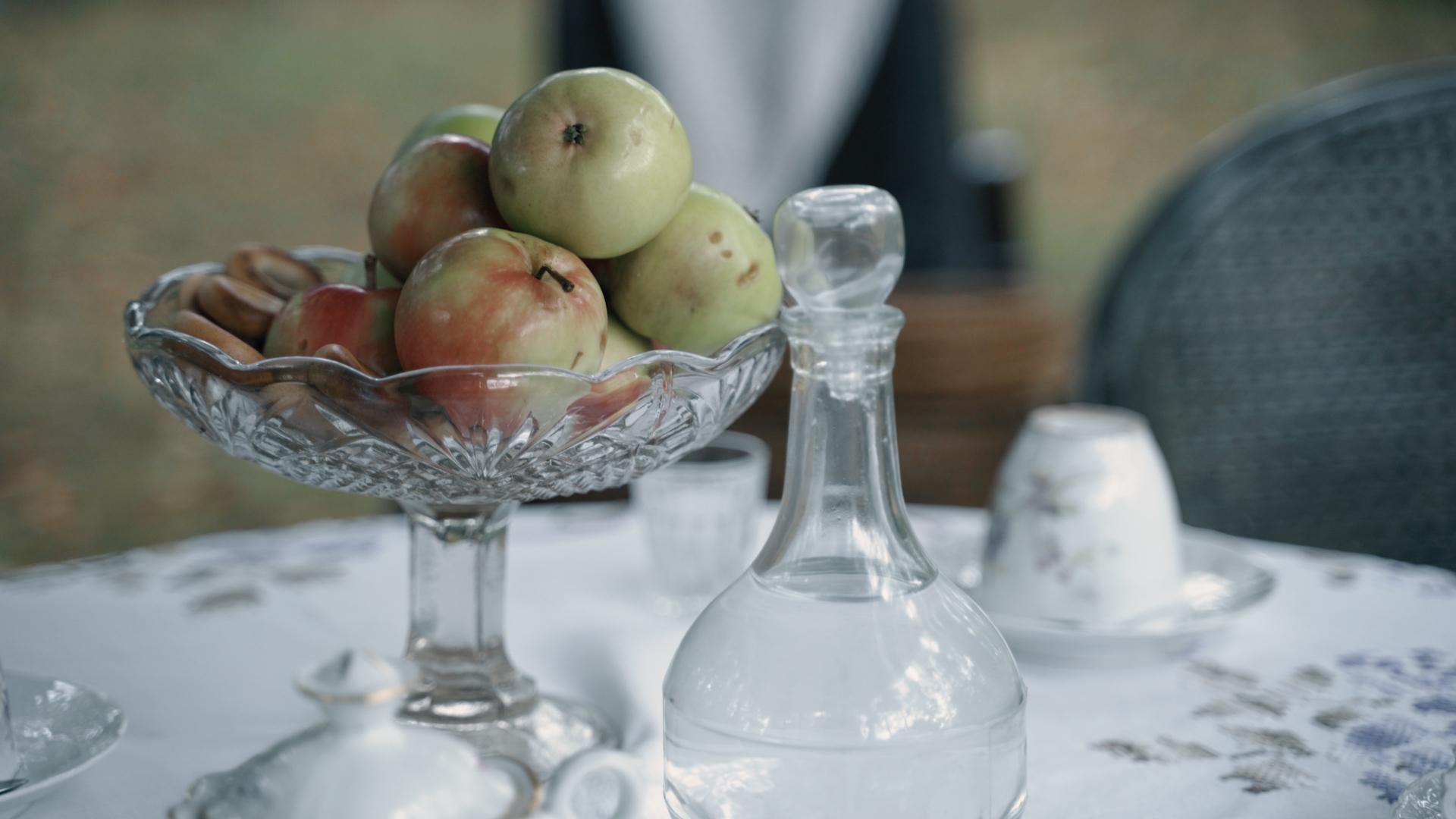Obuoliai inde ant stalo.