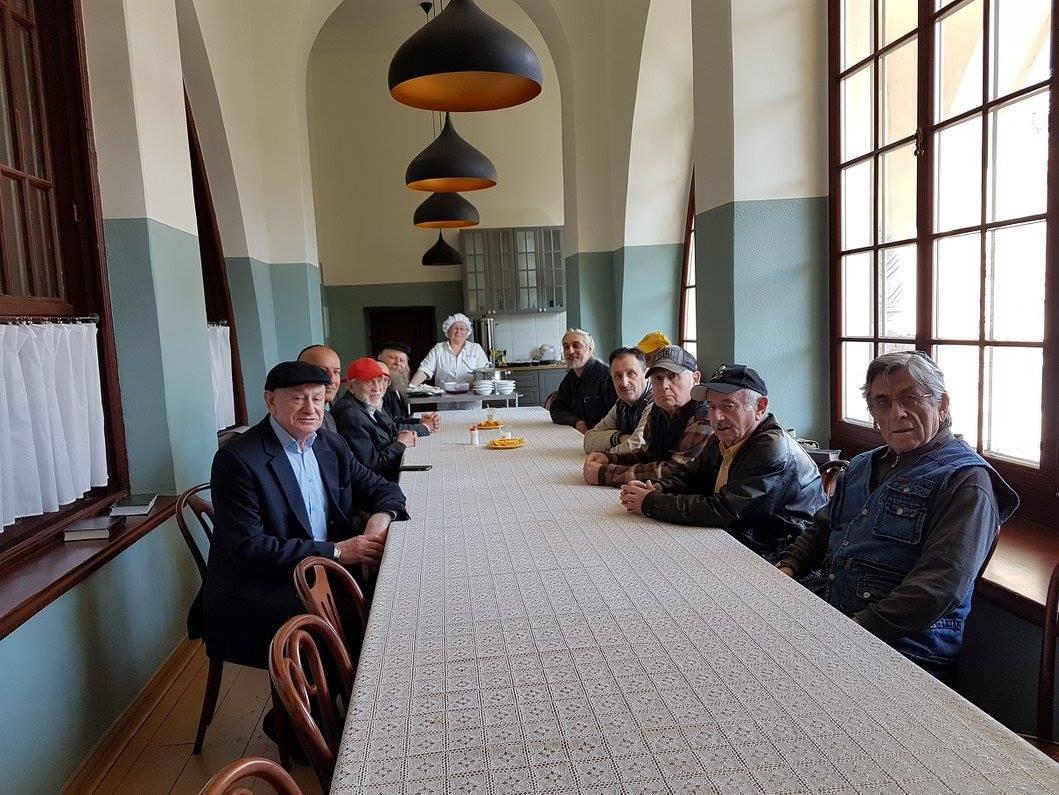 Žmonės prie stalo.