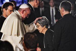 Popiežius laimina vieną Hirošimos atominės tragedijos liudininkių 2019 m.