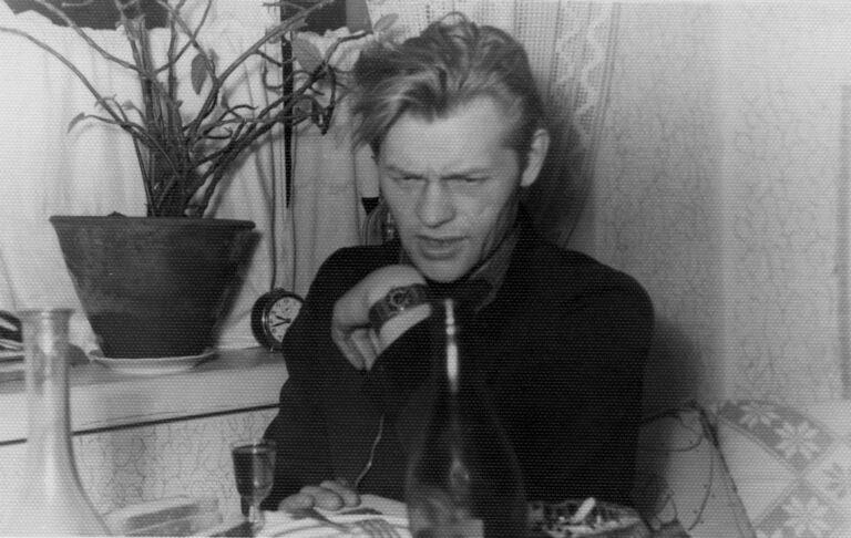 Paulius Širvys sėdi prie stalo savo bute.