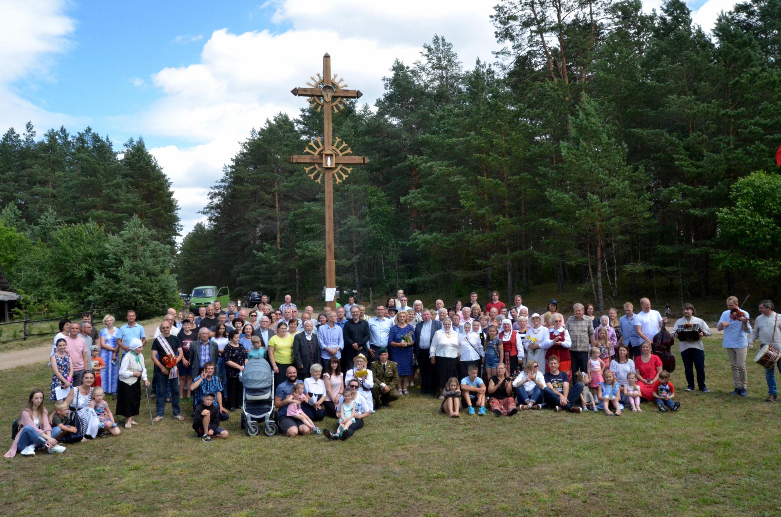 Didelė bendruomenė prie kryžiaus.