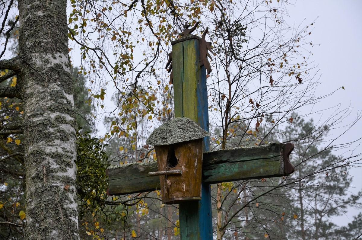 Kryžius su inkilu.