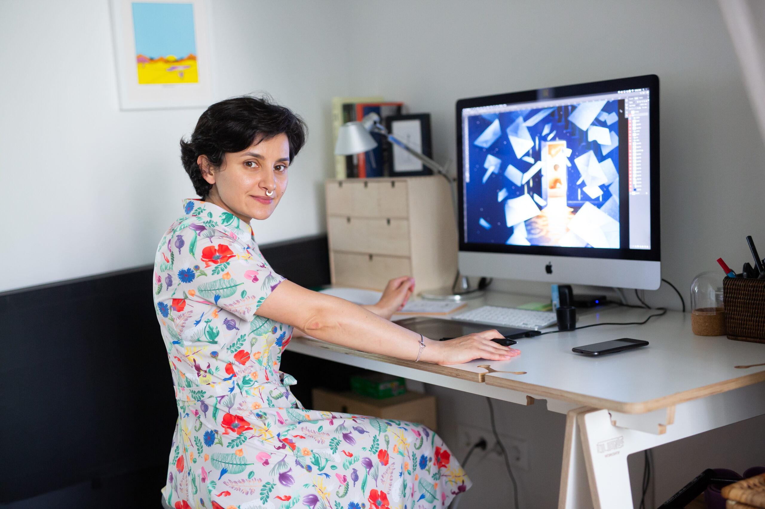 Jekaterina Budrytė su kompiuteriu, kuriame naujasis viršelis