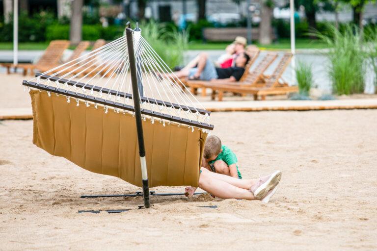 Lukiškių aikštėje atidarytas dirbtinis paplūdimys.