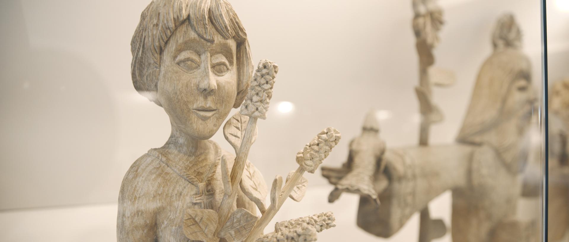 Merginos skulptūra.