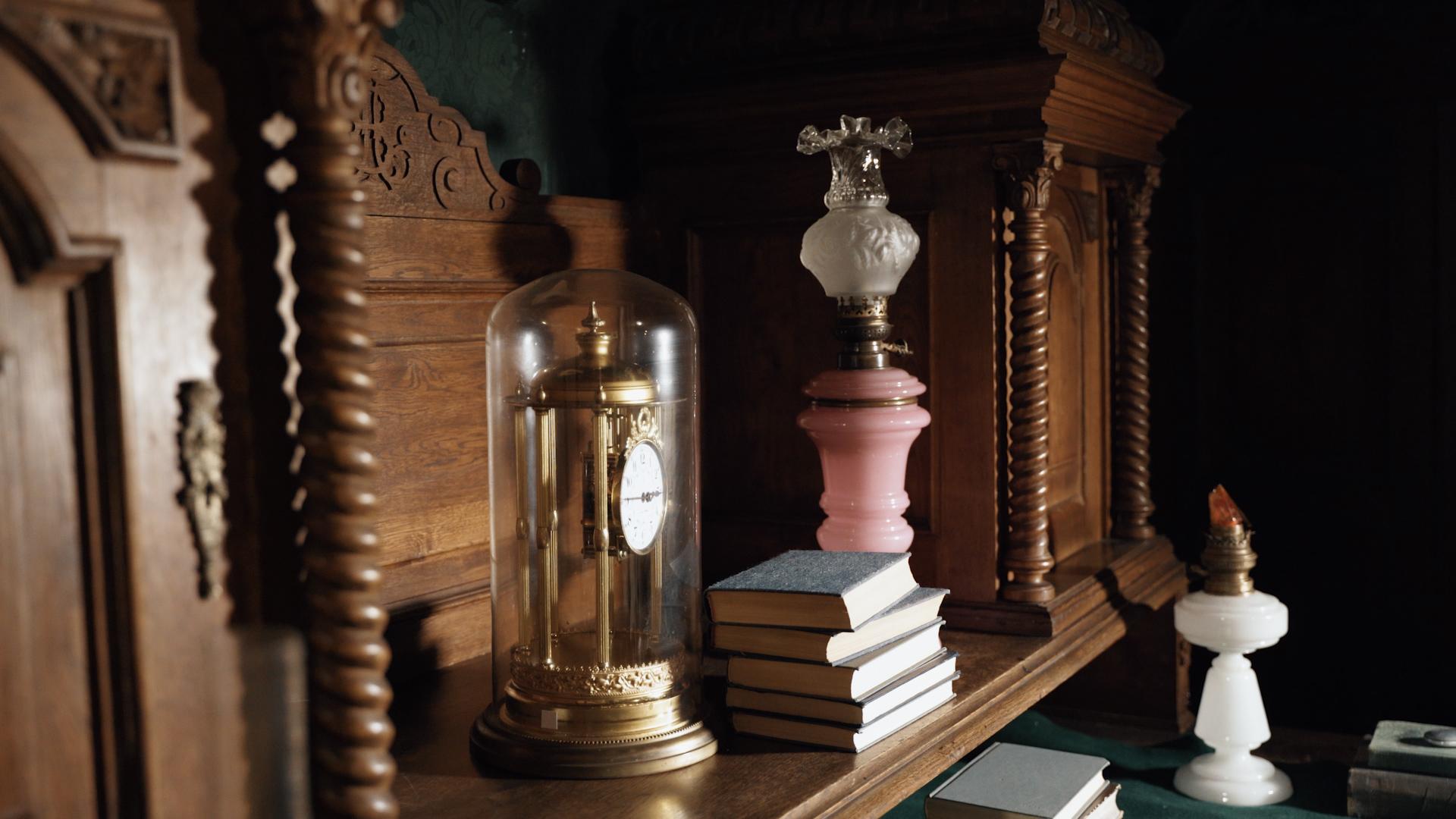 Seni baldai ir senos knygos.