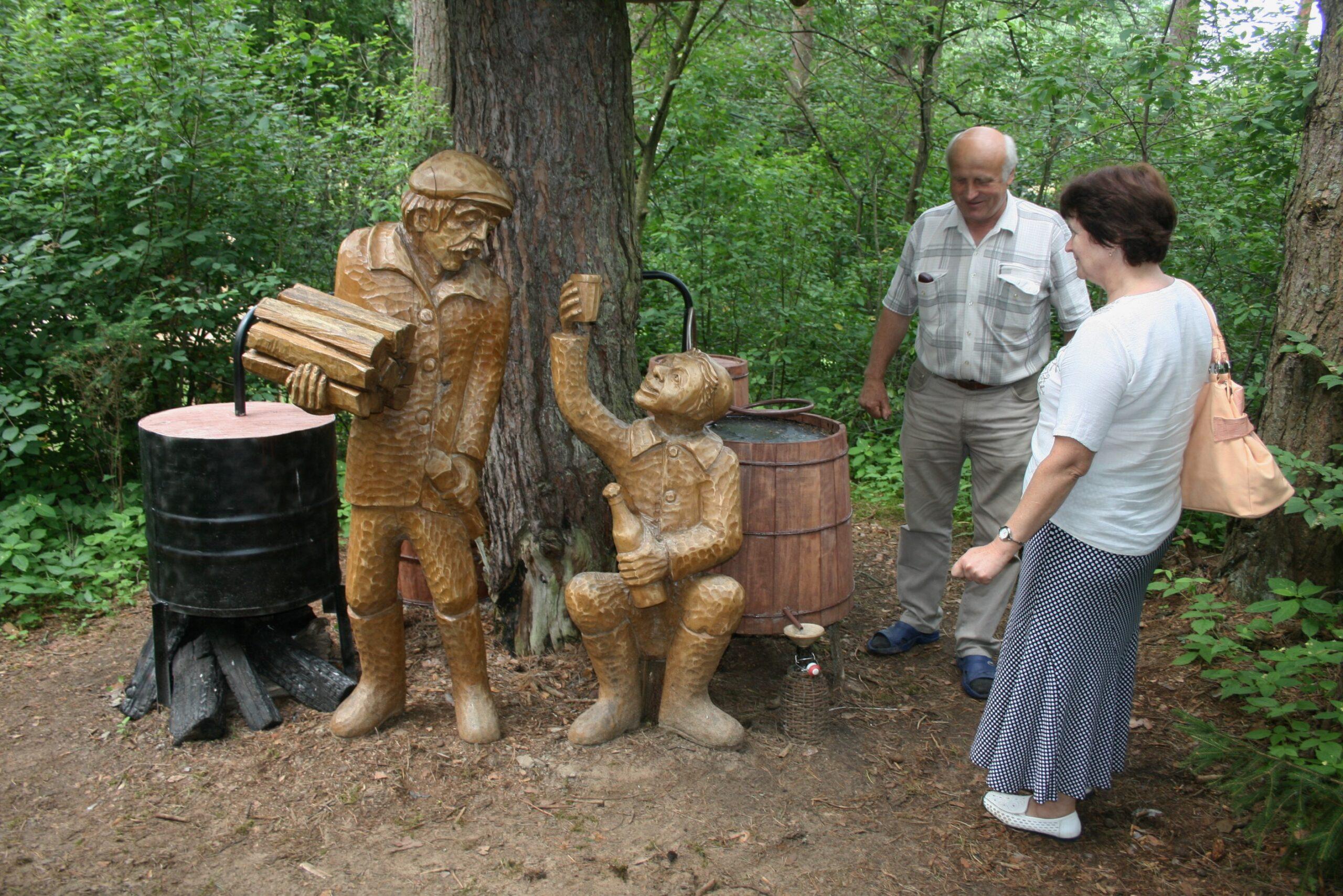 Skulptūromis pavaizduoti su vyrai varo degtinę.
