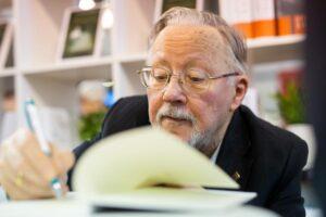 Vytautas Landsbergis pasirašo knygoje