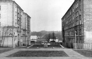 Du pastatai ir atminimo paminklas Holokausto aukoms.