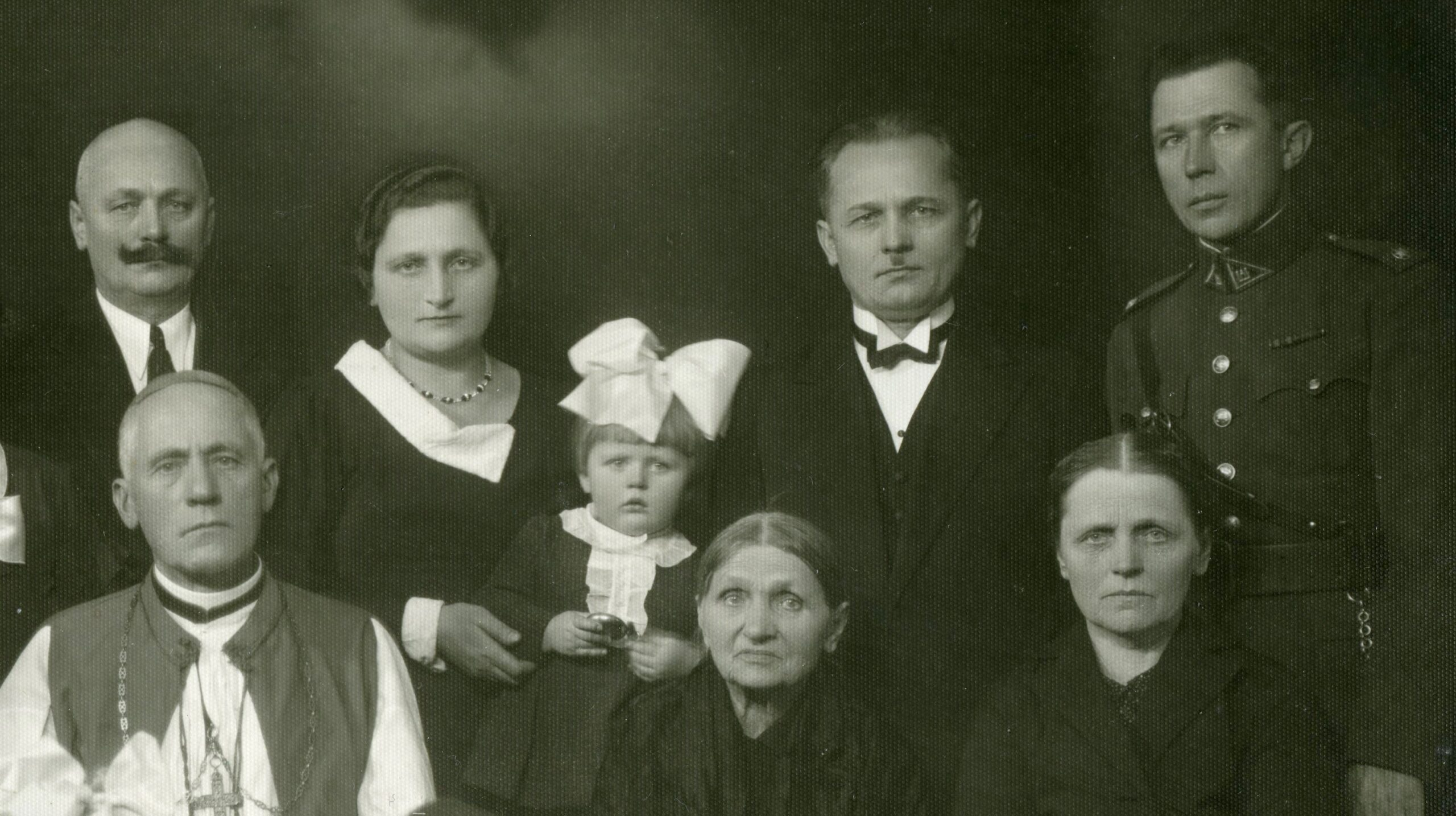 Vysk. Teofilius Matulionis savo šeimos apsupty.