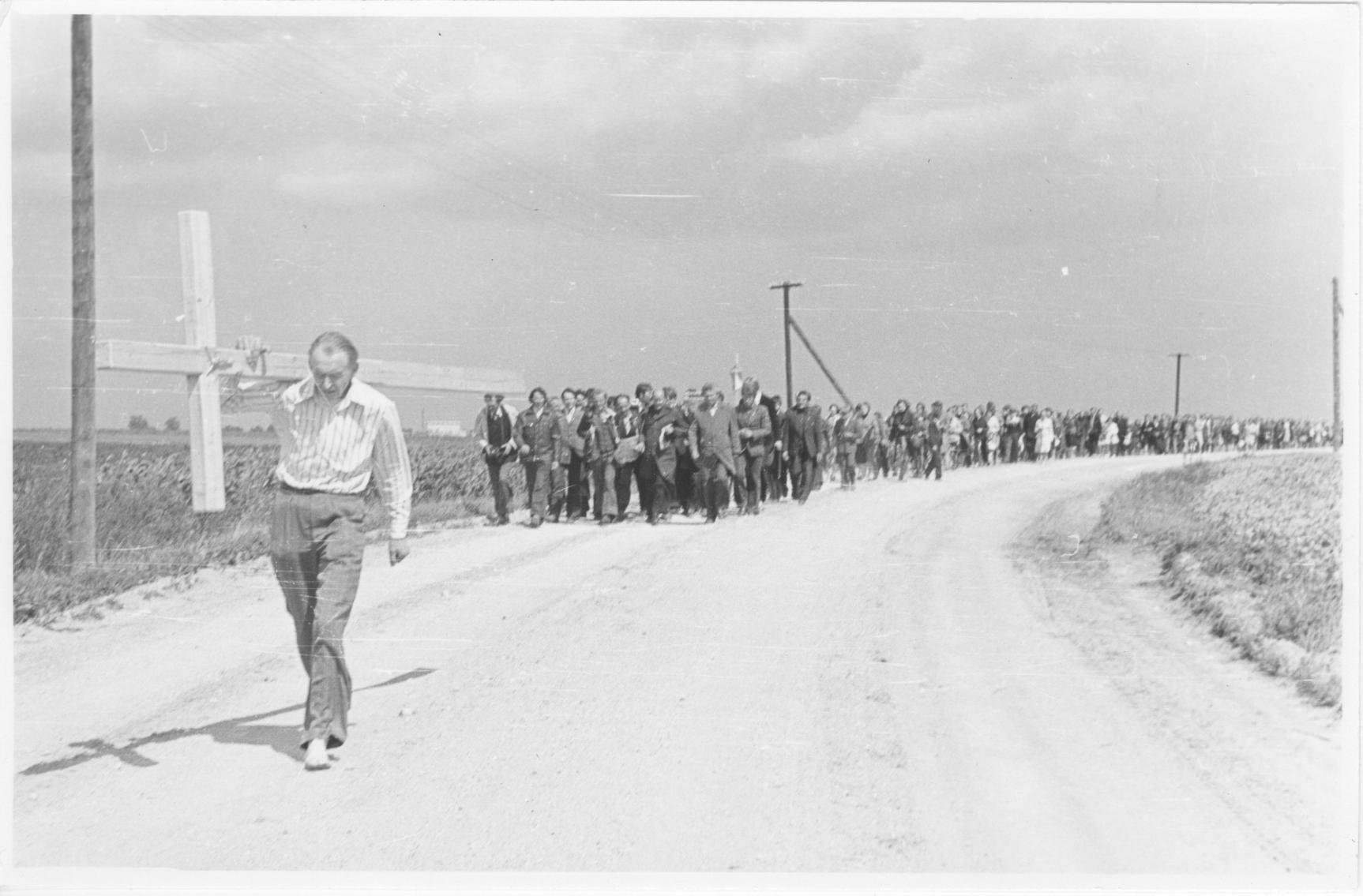 Eucharistijos bičiulių procesija į Kryžių kalną 1979 m. Kryžių basas neša kun. Algirdas Mocius.