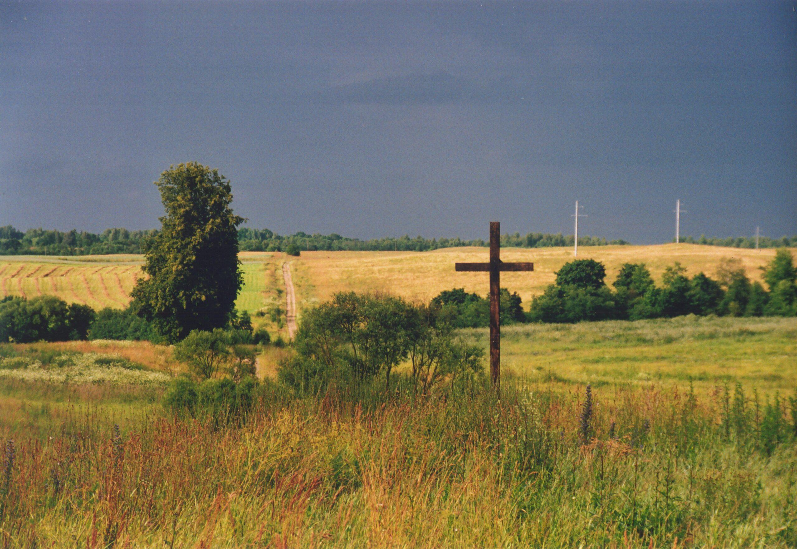 Gamtos peizaže matyti kryžius.