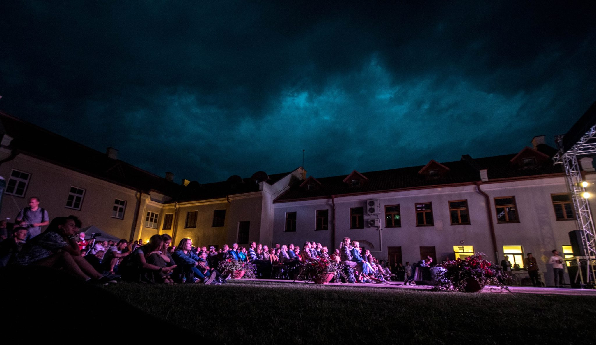 Naktinis koncertas kiemelyje.