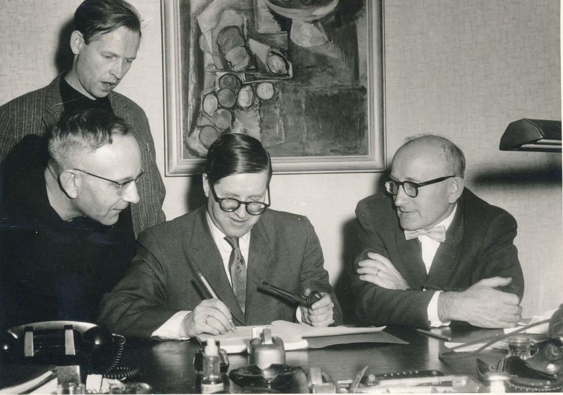 """Žurnalo """"Aidai"""" redakcijos posėdis. Niujorkas. 1962 m. Iš kairės: A. Nyka-Niliūnas, L. Andriekus, J. Girnius, A. Vaičiulaitis."""