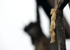 Nukryžiuotasis ant medinio kryžiaus.