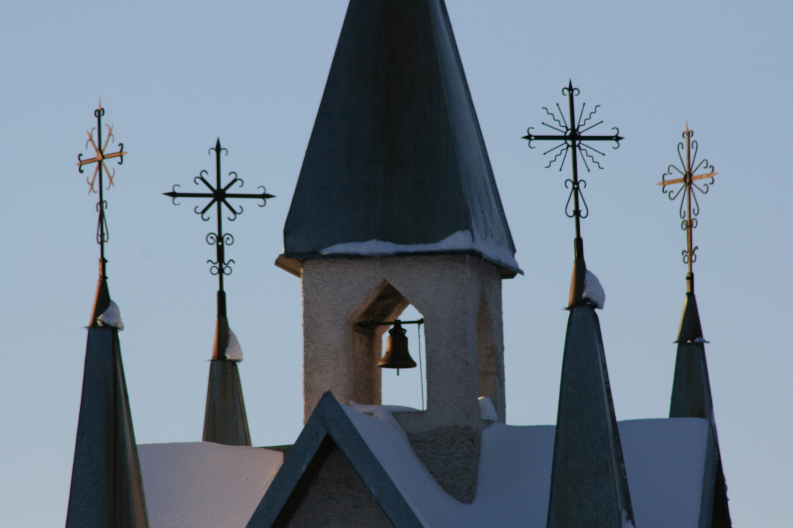 Kryžiai prie bokšto.