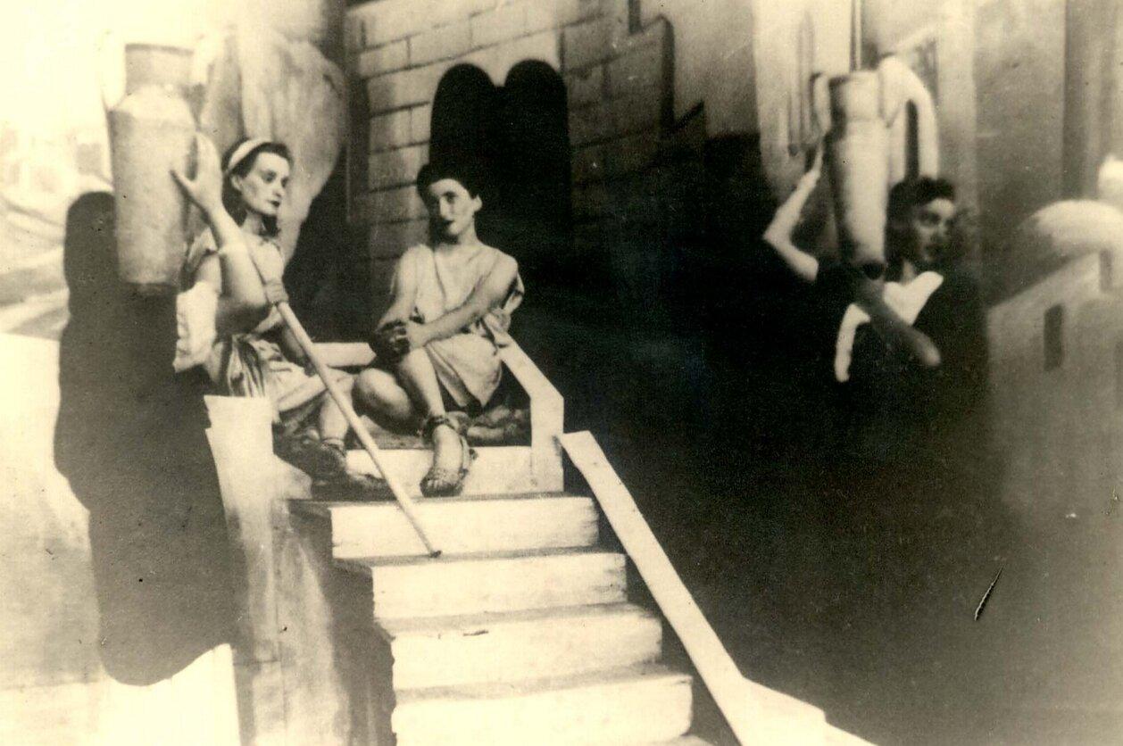 Aktorės ant laiptų.