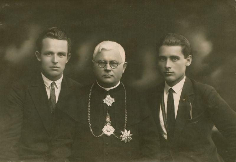 Juozas Tumas-Vaižgantas tarp giminaičių.