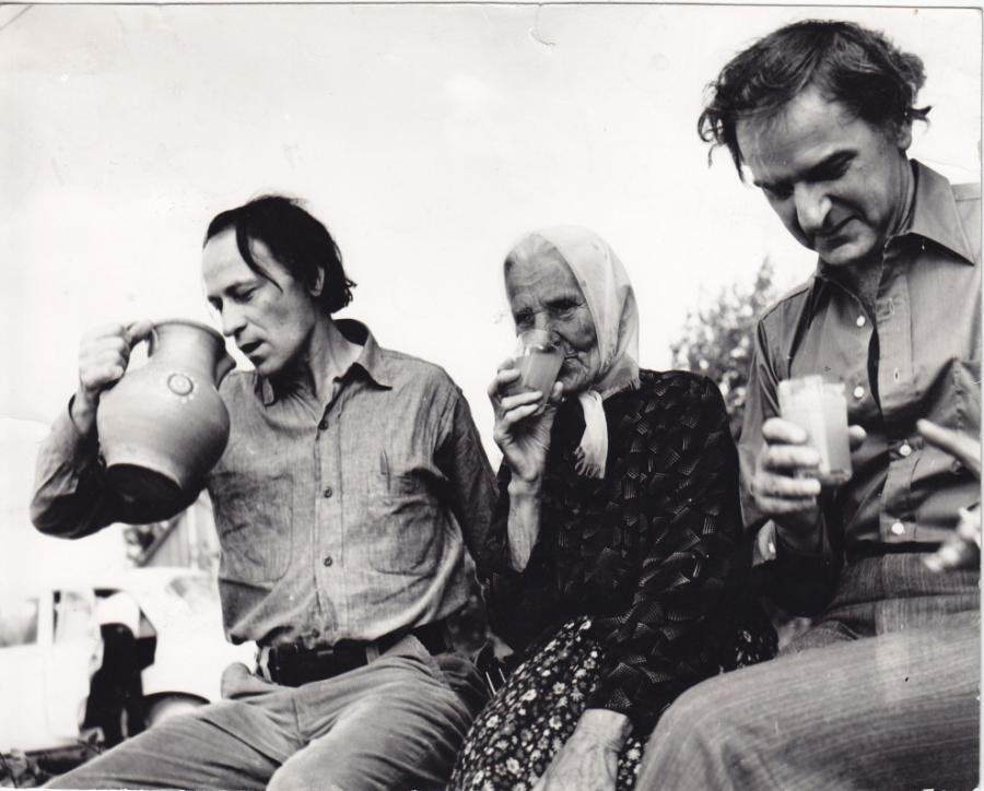 Su artimaisiais geria vandenį iš ąsočio.