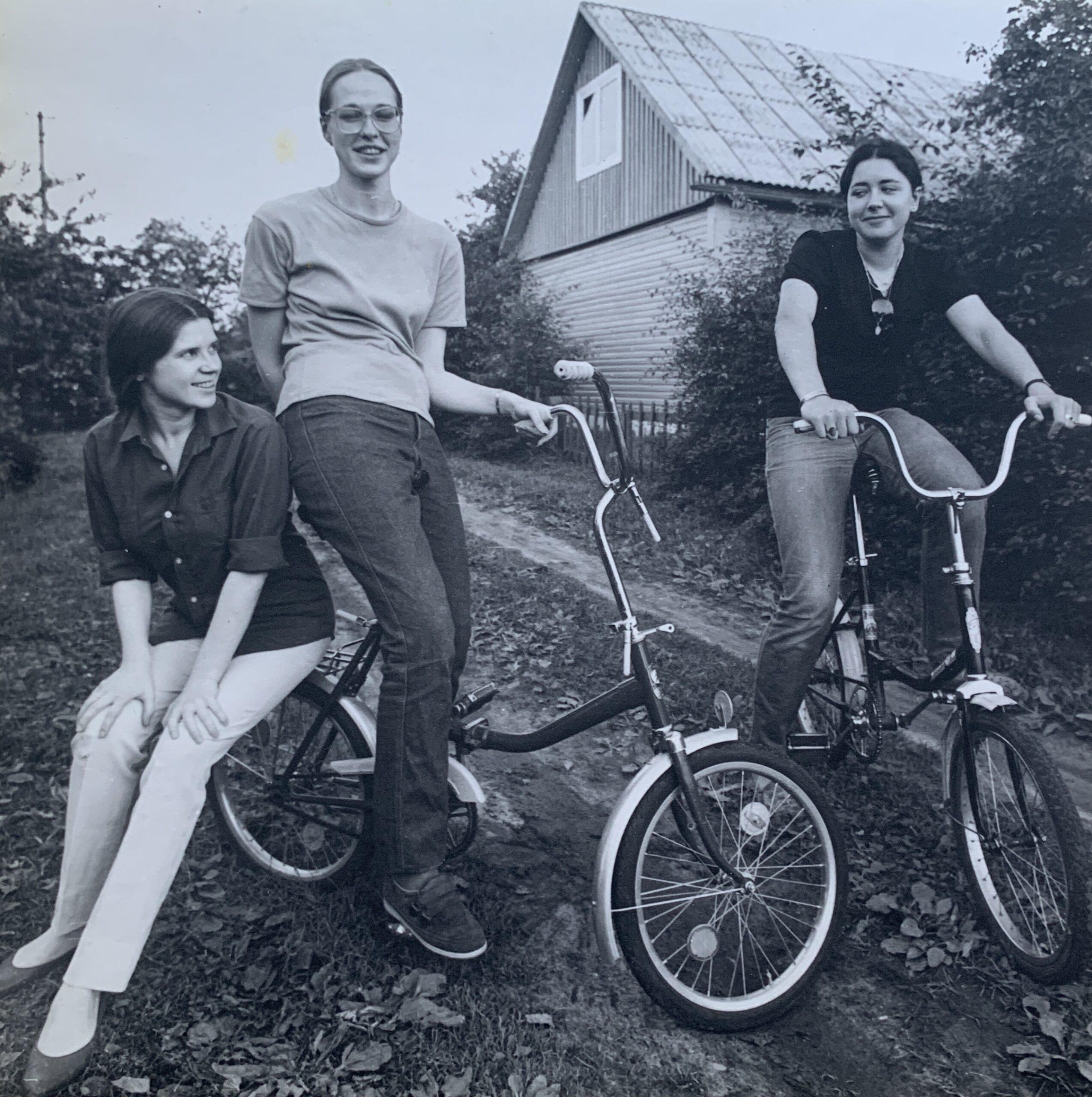 Su merginomis ant dviračio.
