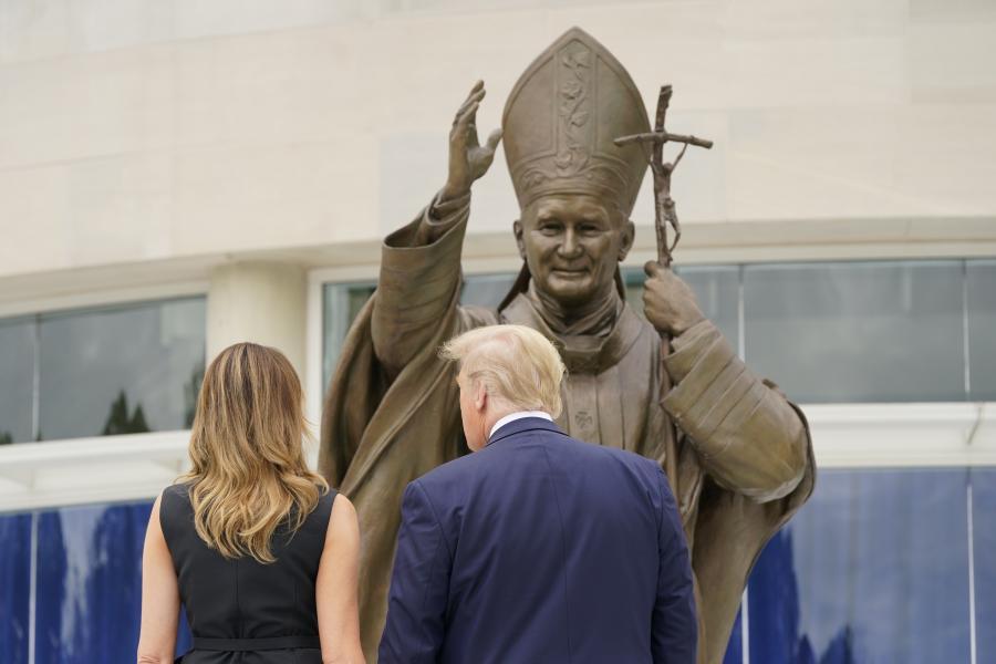Donaldas Trumpas ir Melania Trump prie šv. popiežiaus Jono Pauliaus II šventovės