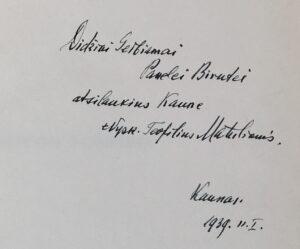 """Knygos dedikacija: """"Didžiai Gerbiamai Panelei Birutei atsilankius Kaune. +Vysk. Teofilius Matulionis. Kaunas. 1939.11.1."""