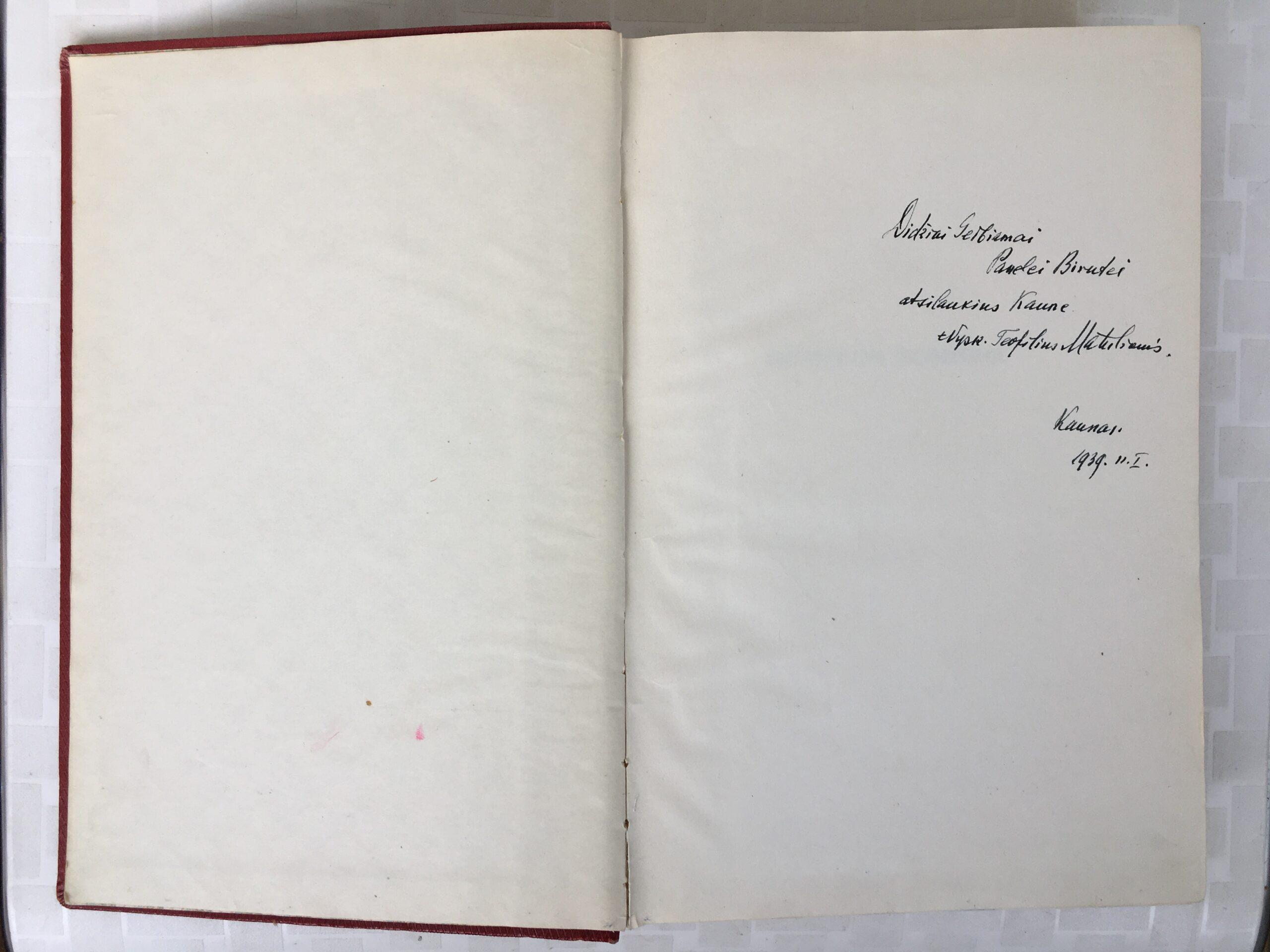 """Knygos dedikacija: """"Didžiai Gerbiamai Panelei Birutei atsilankius Kaune. +Vysk. Teofilius Matulionis. Kaunas. 1939.II.1."""""""