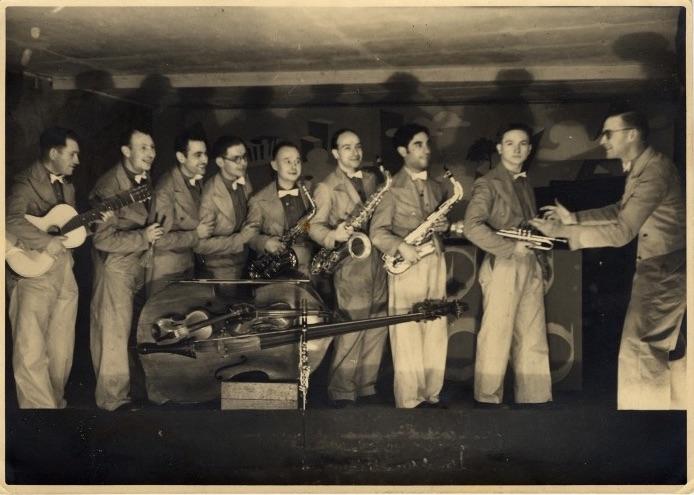 Vyrai su saksofonais.
