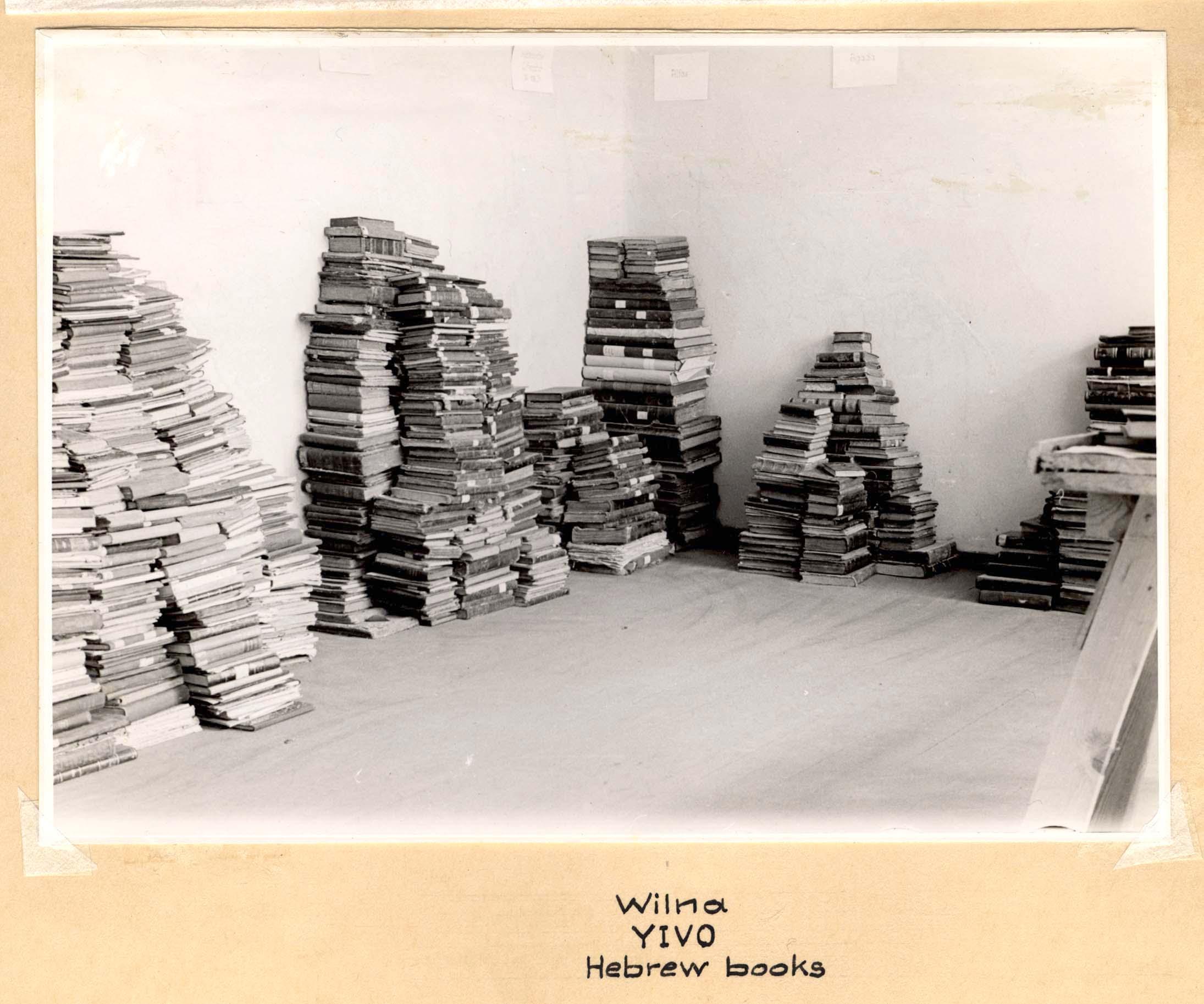 Knygų stirtos.