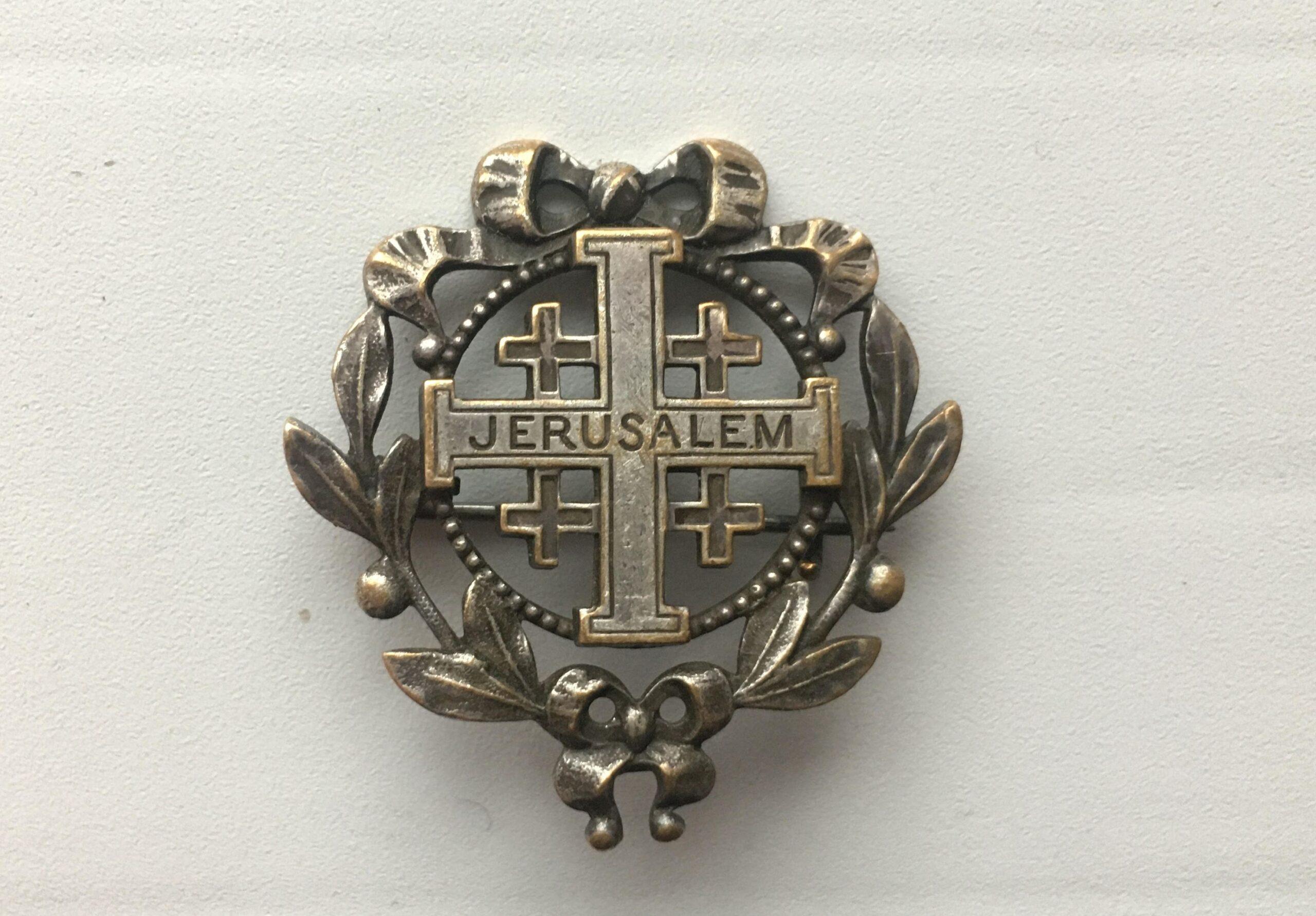 Metalinė segė su Jeruzalės kryžiumi.