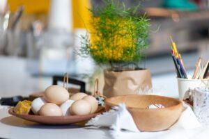Kiaušiniai dubenėlyje, paruošti dažyti