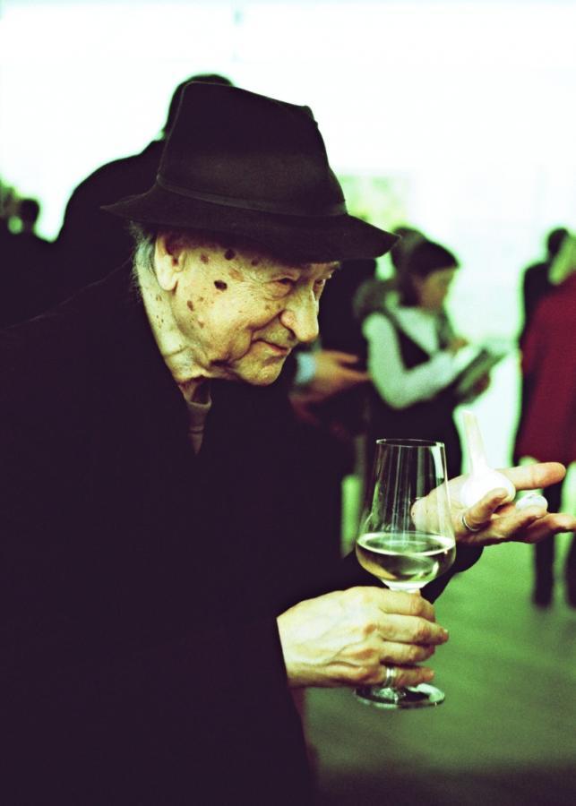 Su vyno taure rankose.