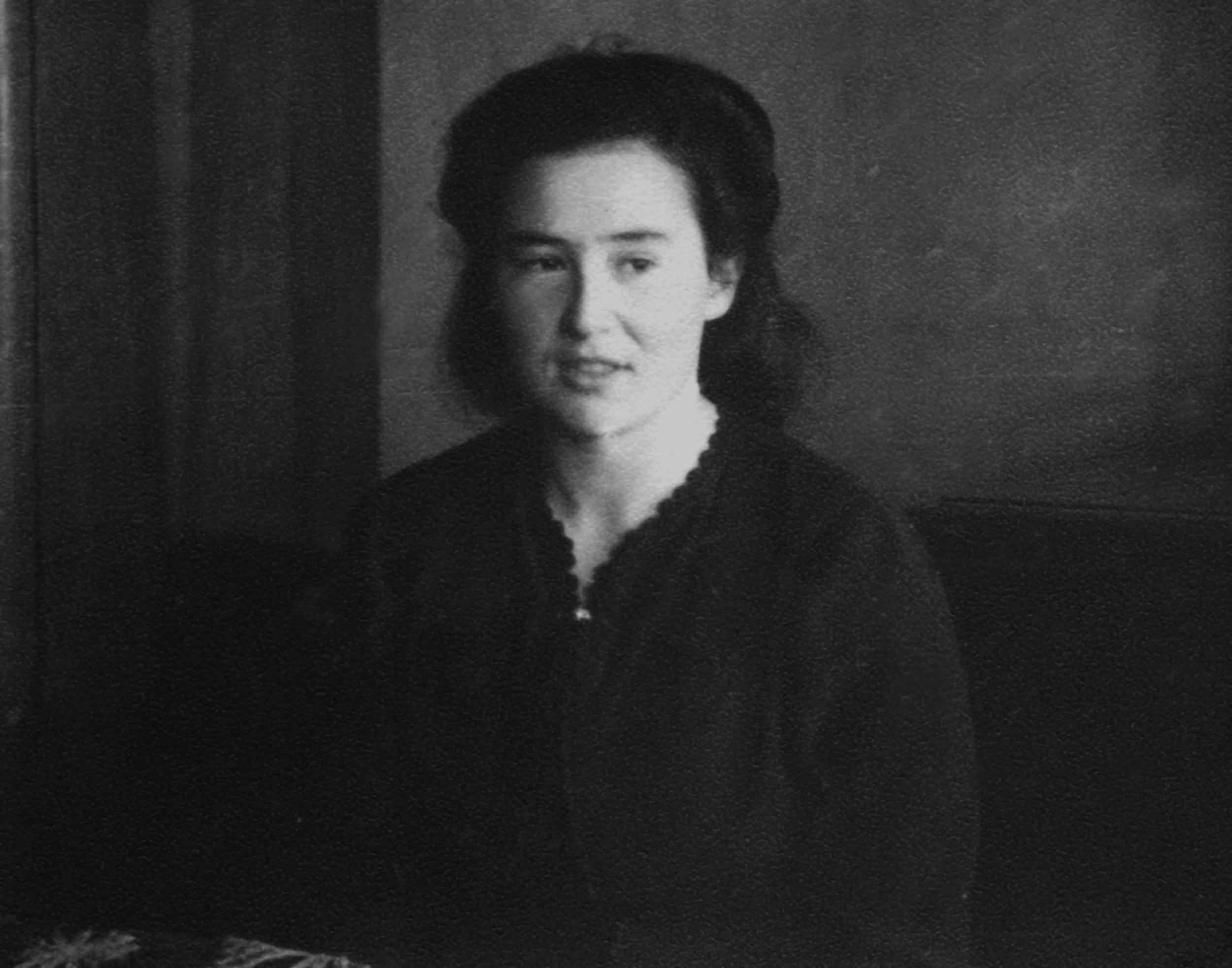 """Cipora Zimanaitė – """"Stasė"""". Kitoje nuotraukos pusėje užrašyta """"Stasė – Aldonai. 1945 02 18."""""""