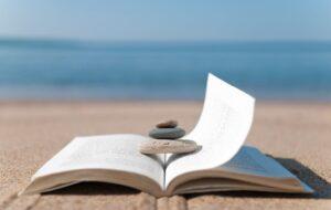 Knyga ant jūros kranto
