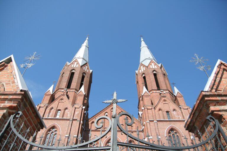 Nuotraukoje galima matyti Anykščių neogotikinę bažnyčią nufotografuotą iš apačios, į dangų sminga du raudonų plytų bažnyčios bokštai